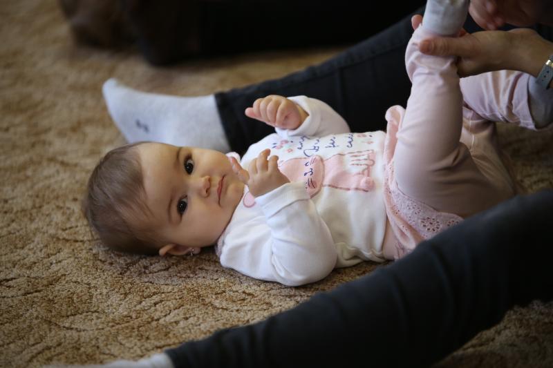 HANGBÚJÓCSKA ZENEBÖLCSI: Pillanatkép egy gyermekével játszó anyukáról egy korábbi zenebölcsi alkalmáról