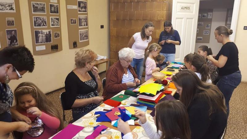KÉZMŰVES KLUB, NEM CSAK GYEREKEKNEK!: Az érdeklődők kézműves alkotásaik elkészítésén ügyködnek az Ondódi Közösségi Házban