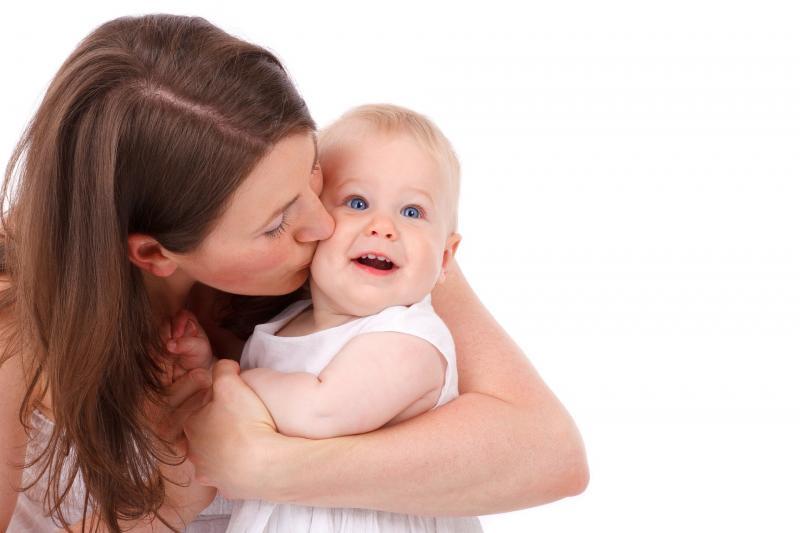 BABA-MAMA KLUB: Illusztratív fotó egy gyermekét ölelő édesanyáról