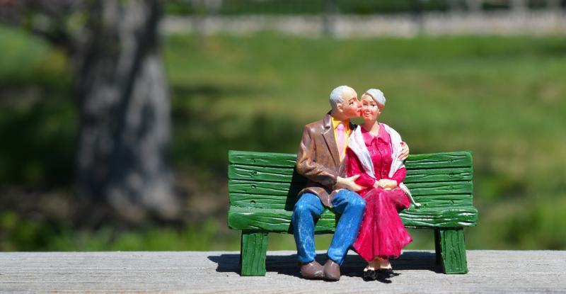 NYUGDÍJAS KLUB: Illusztratív fotó egy nyugdíjas házaspárt ábrázoló figurákról