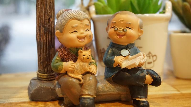 NYUGDÍJAS KLUB: Nagyszülőket ábrázoló figurákról készült illusztratív fotó