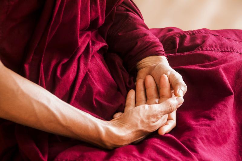 AZ ÉLETREFORM KLUBHOZ KAPCSOLÓDÓ PROGRAM: Illusztratív fotó egy meditáló idős férfi kezeiről