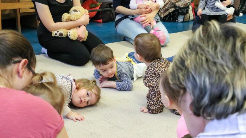 GALAGONYA ZENEBÖLCSI: Játszadozó gyermekek egy korábbi galagonya alkalmával