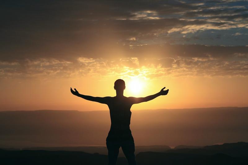AZ ÉLETREFORM KLUBHOZ KAPCSOLÓDÓ PROGRAM: Illusztratív fotó a lelki békéről egy naplementében álló nőről