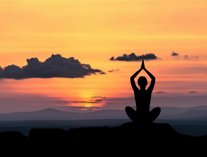 AZ ÉLETREFORM KLUBHOZ KAPCSOLÓDÓ PROGRAM: Illuszratív fotó egy naplementében meditáló alakról