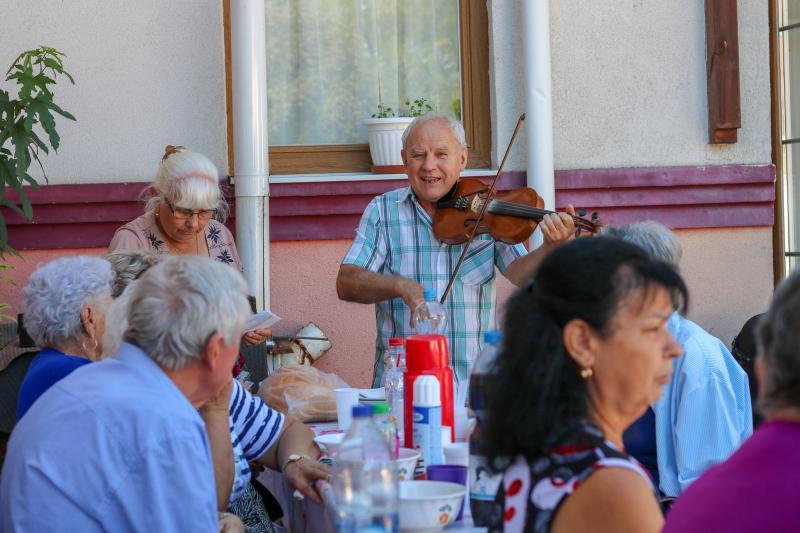 NÓTASZÓ, BOLDOGSÁG, SZERELEM: Pillanatkép a Homokkerti Nyugdíjas Klub egy korábbi zenés eseményéről
