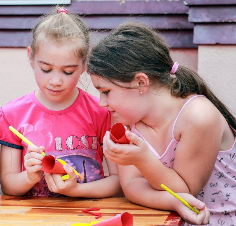 ALKOSSUNK NAGYOT: Pillanatkép egy korábbi kézműves alkalomról, amelyen két kislány díszít