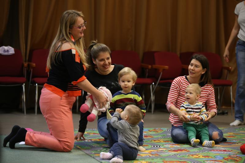 HANGBÚJÓCSKA ZENEBÖLCSI: Pillanatkép Lövei Lilláról, amint a gyermekekkel játszik