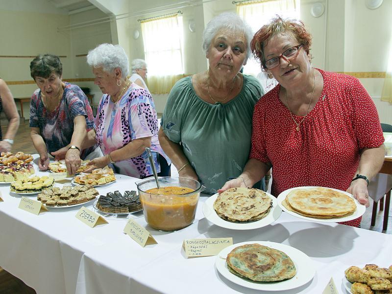 NAGYANYÁINK PRAKTIKÁI SOROZAT: Pillanatkép idős hölgyekről egy korábbi eseményről