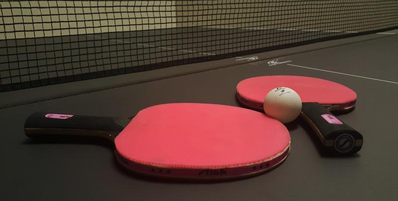 FARSANGI ASZTALITENISZ KUPA: Ping-pong ütőket ábrázoló illusztratív fotó