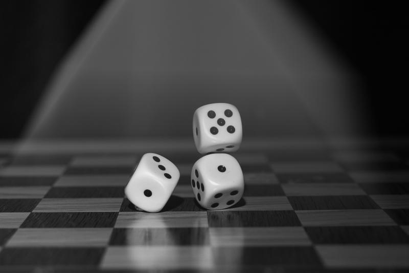BAGOLY KLUB – TÁRSAS PARTY: Illusztratív fotó néhány dobókockáról a sakktáblán