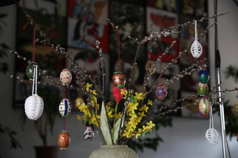 """VIRÁGVASÁRNAPRA KÉSZÜLÜNK – KUKÓ FESTŐ KÉZMŰVES FOGLALKOZÁS: Illusztratív fotó egy kukókat tartó """"fáról"""" Nagymacson"""