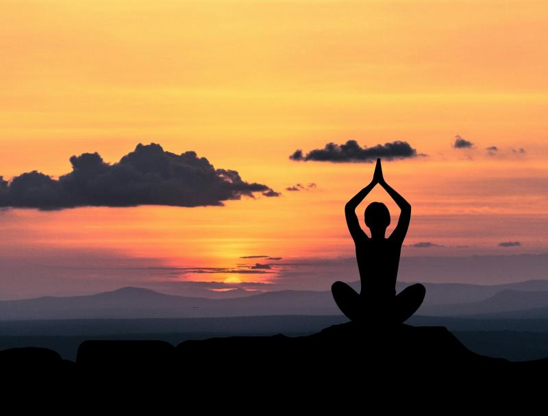 ÉLETREFORM KLUB - ESTÉK: Illusztratív fotó egy meditáló nőről